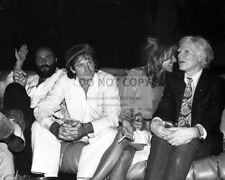 ROBIN WILLIAMS w/ ANDY WARHOL @ STUDIO 54 IN 1979 - 8X10 PUBLICITY PHOTO (AB993)