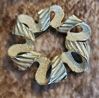 Vintage Signed Sarah Coventry COV pale goldtone Brooch Pin wavy textured ribbon
