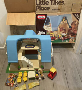 Little Tikes Dollhouse Family Table Chairs Red Car Bed Dog Vacuum Grass Box 5590