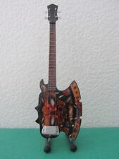 Guitare basse miniature de Gene Simmons du groupe KISS