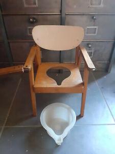 ancienne petite chaise percée enfant en bois avec pot
