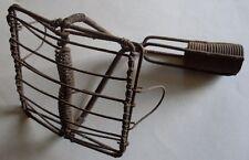 Ancien appareil métallique rouillé, servant à fixer une peau à vitres