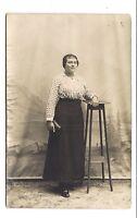 photo carte postale   jeune femme  .(1016d)