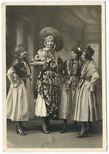 Photo portrait de femmes déguisées et une grande femme au sombrero / vers 1940