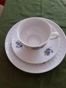 hübsche Sammeltasse / Kaffeegedeck 1777 Henneberg Porzellan Veilchen 3-tlg.
