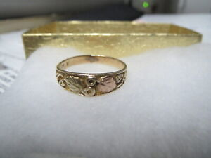 BLACK HILLS GOLD RING, SIZE 3.5, 10KT TWO LEAVES AND TWO GRAPE CLUSTERS