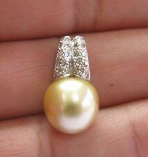 Natural Dorado Perlas Blanco Diamante Colgante Dorado 18Kt 11.8mm .22Ct