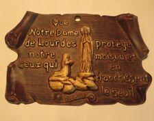 Plaquette souvenir « N.D de Lourdes » en synthétique POIDS : 170 g LONGUEUR : 21