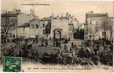 CPA RIOM - Entrée de la rue Mozat et Place du Poids-de-Ville (72671)