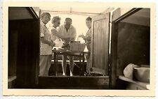 Homme femmes en train de cuisiner sur bateau - photo ancienne an. 1950