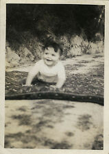 PHOTO ANCIENNE - VINTAGE SNAPSHOT - ENFANT BÉBÉ TAPIS RIRE DRÔLE - CHILD FUNNY