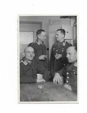 Foto, Vier Soldaten in Uniform, Besprechung