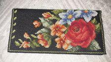 Schön gestaltete Brieftasche mit Rosenstickerei und vielen praktischen Fächern