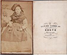 North, Haguenau, Femme en costume traditionnel alsacien avec la coiffe noeud, ci