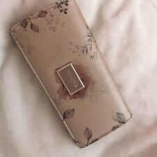 Women guess floral clutch wallet ! Classy style, designer brand. New!!!