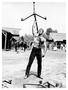 CLINT WALKER EXERCISING CANDID ON MOVIE SET PHOTO