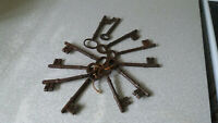 COLLECTION OF VINTAGE / ANTIQUE CAST IRON SKELETON KEYS- APPROX 4 1/4 INCH