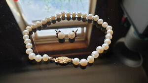 Cultured pearl bracelet with 9ct clasp and diamond and 9ct pearl earrings