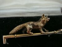 FINE ANTIQUE FOX & RIDING CROP 9CT GOLD BOXED BROOCH PIN