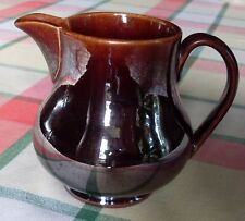 Pot à lait brun, légèrement craquelé