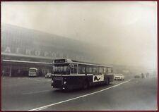 photo vintage .Aéroport  de Paris . Aéroport d'Orly .autocar . bus . 1974