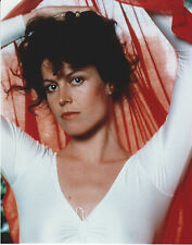 SIGOURNEY WEAVER 8 X 10 PHOTO WITH ULTRA PRO TOPLOADER