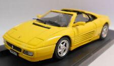 Véhicules miniatures jaune Ferrari sous boîte fermée