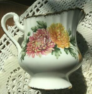 GORGEOUS CREAMER PARAGON BY APPOINTMENT MAJESTY QUEEN FINE BONE CHINA OF ENGLAND