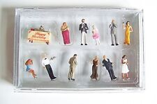 Ho Preiser 10554 Formal Birthday Party Figures with Table , Cake & Gifts