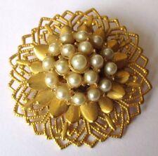 Superbe broche bijou vintage relief ajouré décor perle blanche couleur or 3539