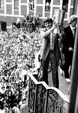 Fortuna Düsseldorf - Pressefoto - Klaus Allofs mit DFB-Pokal 1979 - Rathaus F95