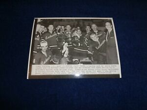 1965 WESTERN HOCKEY LEAGUE CHAMPIONS PORTLAND BUCKAROOS WITH LESTER PATRICK CUP