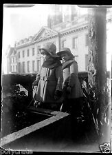 Enfants petites filles manteaux ancien négatif verre photo - an. 1910 1920