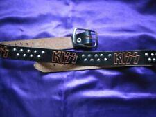 KISS - Ceinture en cuir avec 36 clous en métal et 5 logos gravés sur le cuir