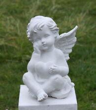 Statue ange préoccupé par l'amour, tenant cœur en pierre reconstituée, blanche