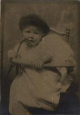 PHOTO ANCIENNE - VINTAGE SNAPSHOT -ENFANT MODE BÉRET CHAISE REGARD-CHILD FASHION