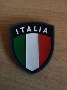 TOPPA PATCH AERONAUTICA MILITARE  SCUDETTO ITALIA FONDO GRIGIO GOMMATO 7X6
