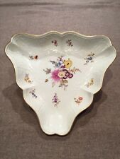 Porcelaine Meissen - Assiette triangulaire à décor de fleurs et dorures Saxe