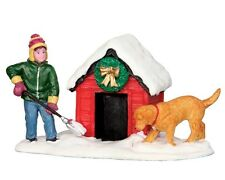 LEMAX DIGGING OUT THE DOGHOUSE Weihnachtsdorf Winterdorf Modellbau