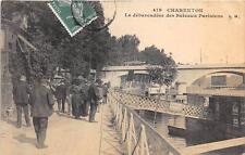 CPA 94 CHARENTON LE DEBARCADERE DES BATEAUX PARISIENS  divisé)