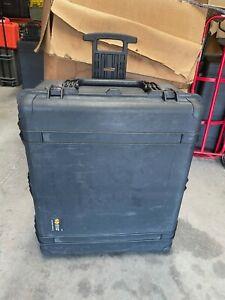 Pelican 1690 Rolling Protector Case | 33.43 x 28.40 x 17.65 | Black | Foam |