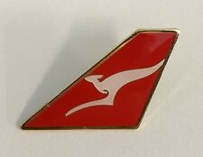 13166 QANTAS AUSTRALIA AIRWAYS AIRLINES AVIATION KANGAROO PLANE TAIL PIN BADGE