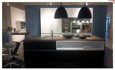 Concept Komfortküche mit großer Insel Abverkaufsküche weiss/umbraschwarz