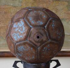 32 Panel vintage en cuir Football. Old red & blue Robinet Trou Ballon de football. Années 1960