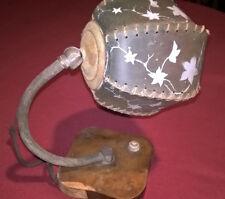 Anni '30/'40; Originale lampada da tavolo con paralume in cartapecora.