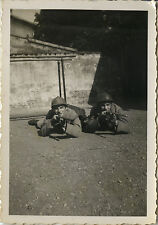 PHOTO ANCIENNE - VINTAGE SNAPSHOT - MILITAIRE FUSIL ARME CASQUE -MILITARY WEAPON
