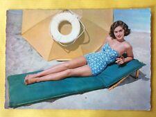 Vintage Postcard Pin Up 1970s - Mooie vrouw in badpak op strand