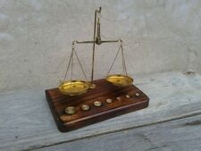 balanza de 2 platos con 7 pesitas en peana de madera