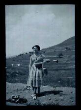 Femme pose à la montagne - Ancien négatif Photo