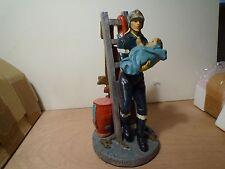 POMPIER NEM N° 2  soldat du feu sur échelle portant enfant hauteur 20 cm